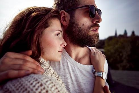 Junges Paar, Frau trägt eine Kapten & Son Armbanduhr