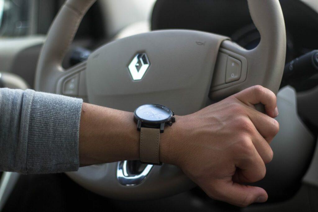 MVMT Uhr am Handgelenk im Auto