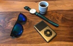 Daniel Ellington Uhr und Accessoires auf Tisch