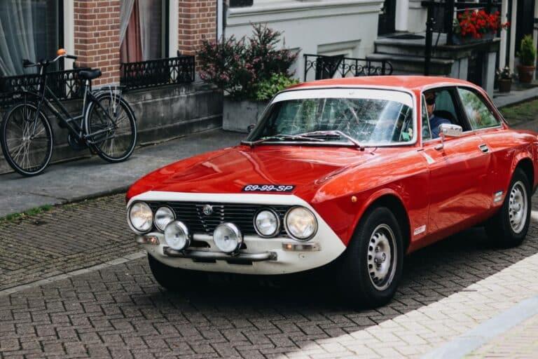 Alter Alfa Romeo auf Straße